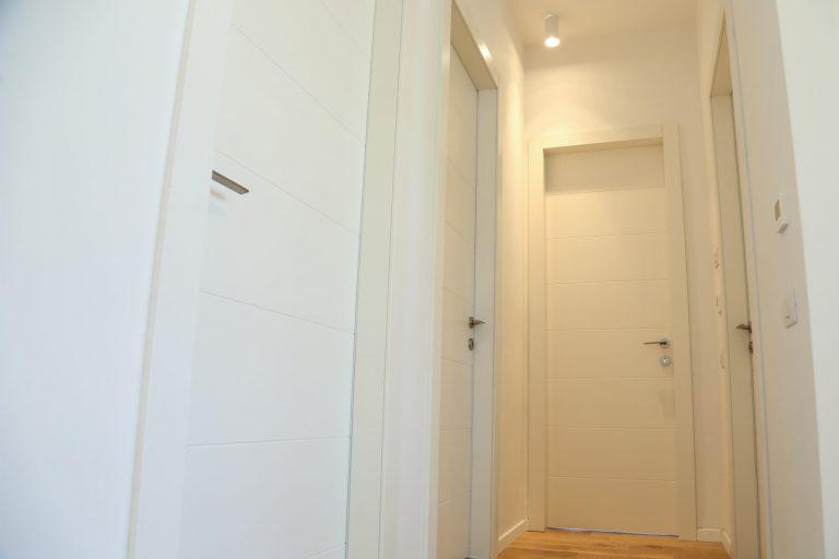 דלת פנים לבנה עם חלון