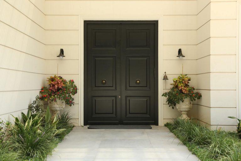 דלת כניסה שחורה