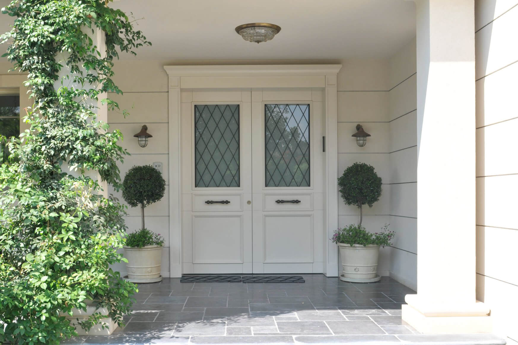 דלת כניסה לבנה עם חלון