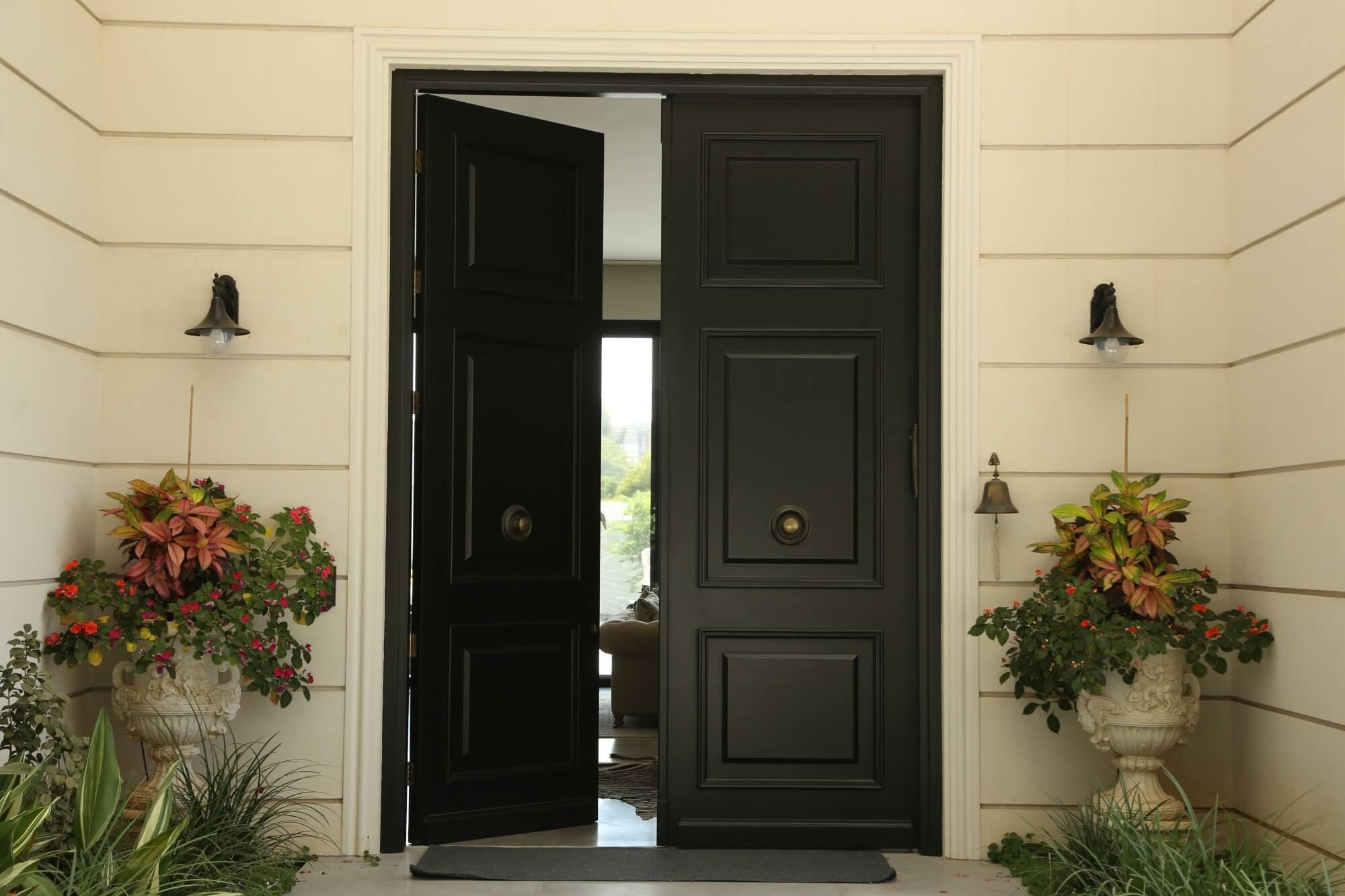 דלת כניסה כפולה שחורה