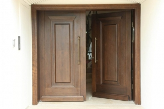דלת כניסה גדולה