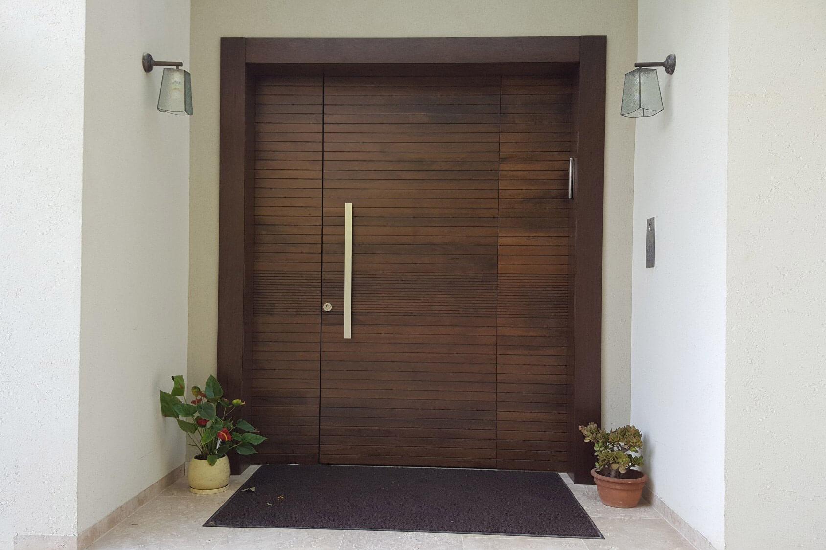 דלת כניסה מעוצבת חומה