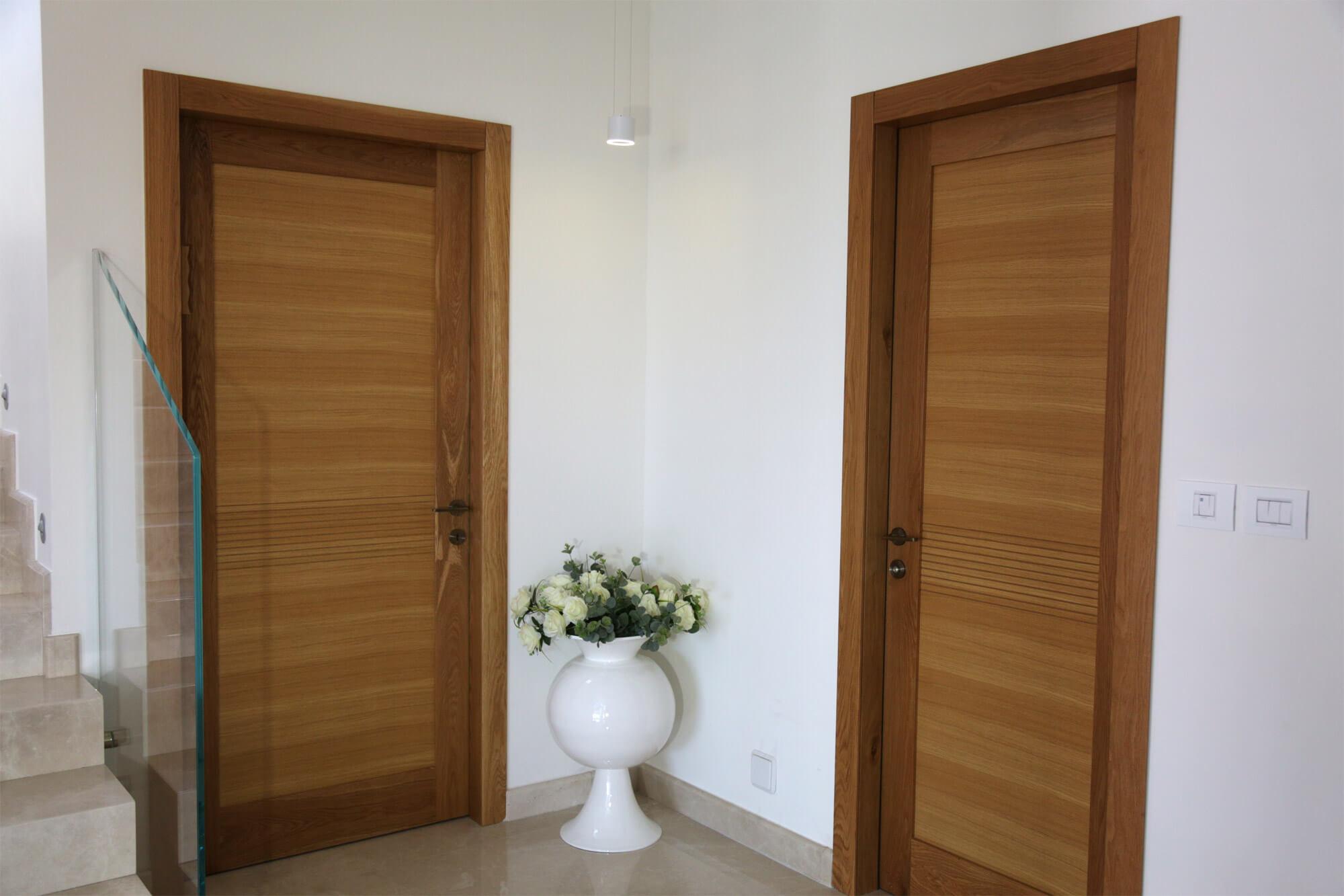 דלת פנים מעץ מאסיבית