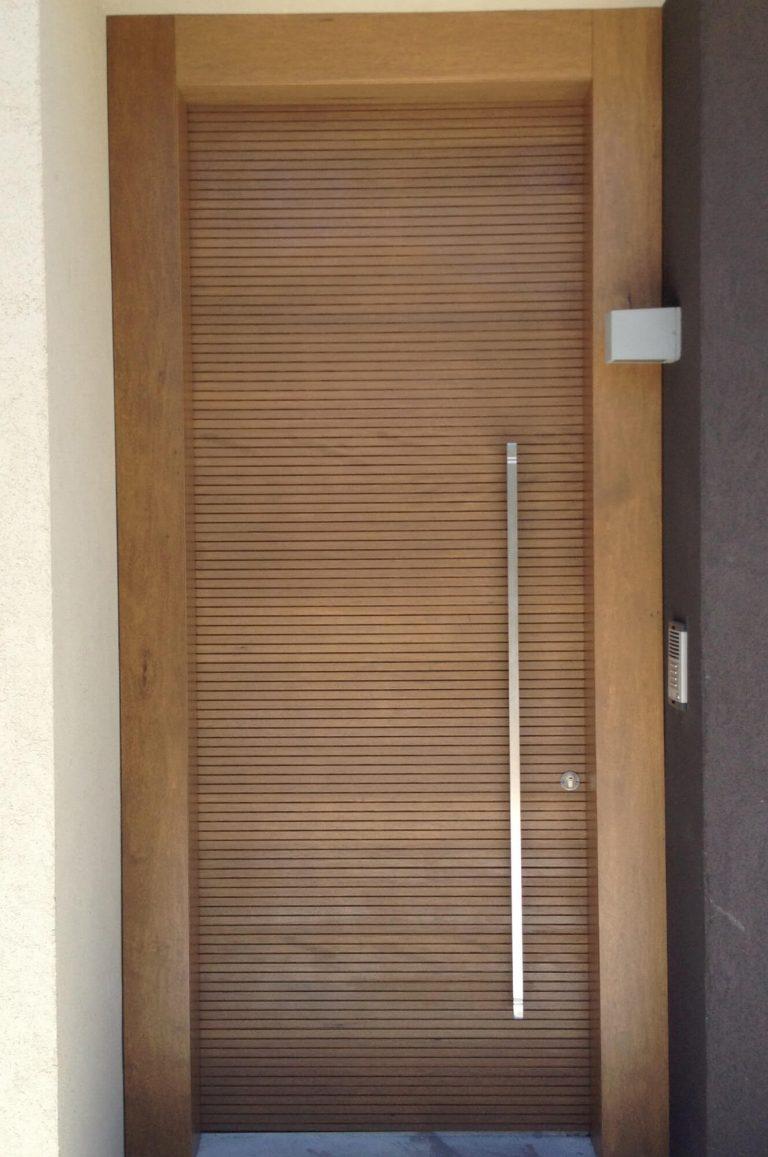 דלת כניסה ידית גדולה