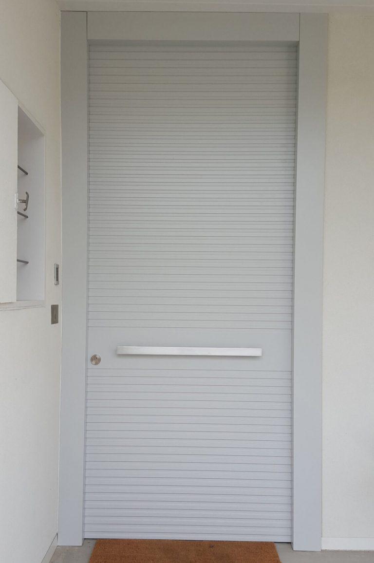 דלת כניסה לבנה
