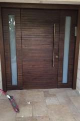 דלת כניסה חומה עם חלונות בצד
