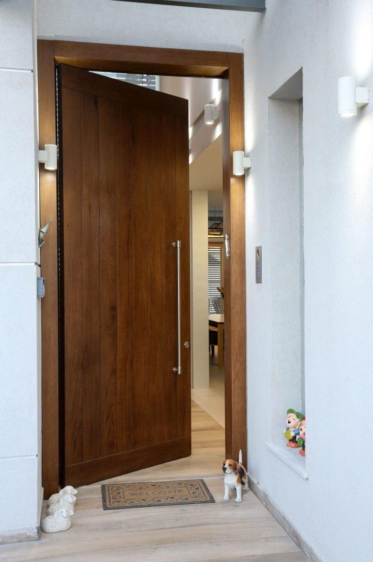 דלת כניסה חומה ידית גדולה
