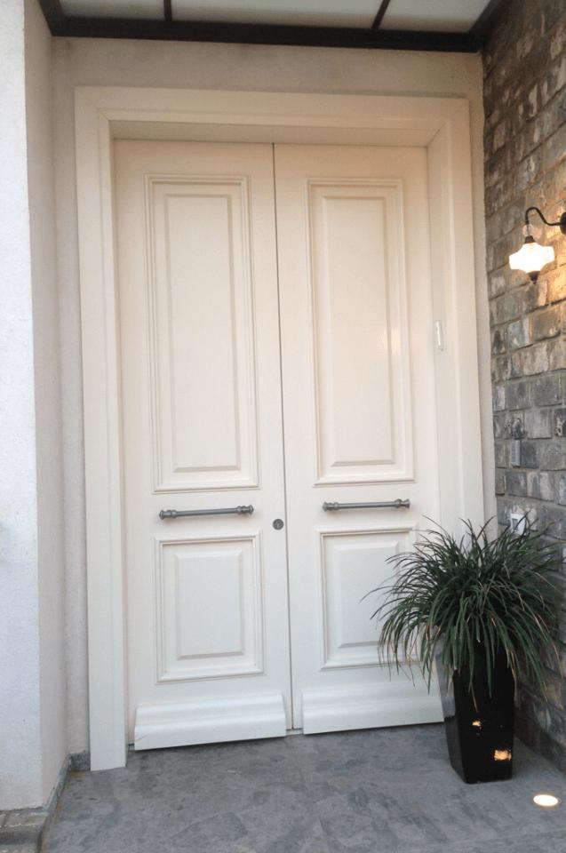 דלת כניסה לבנה זוגית