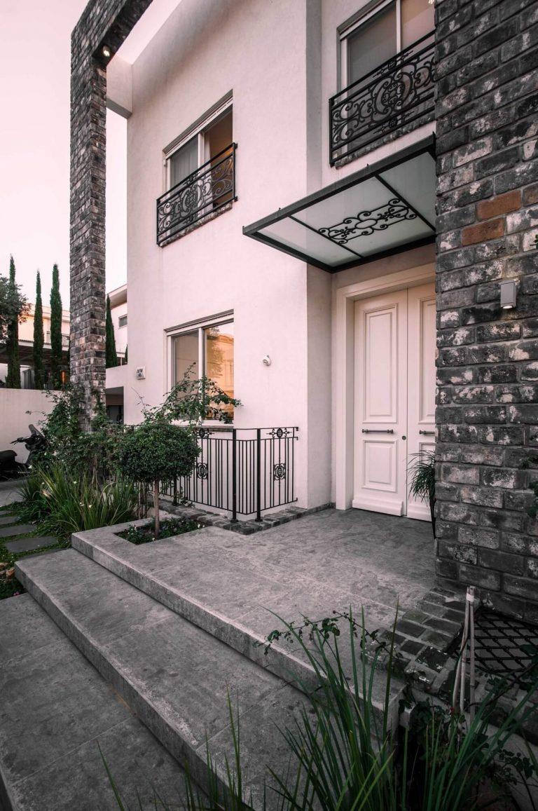 דלת כניסה זוגית לבנה