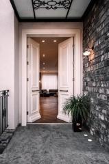 דלת כניסה לבנה כפולה
