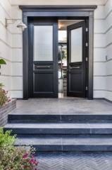 דלת כניסה שחור עם חלון