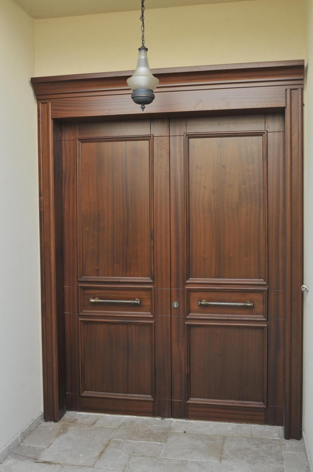 דלת כניסה מהוגני