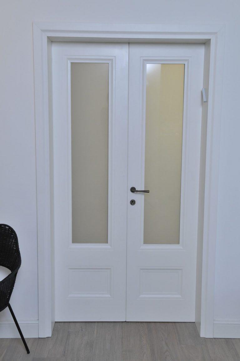 דלת עם זכוכית חלבית
