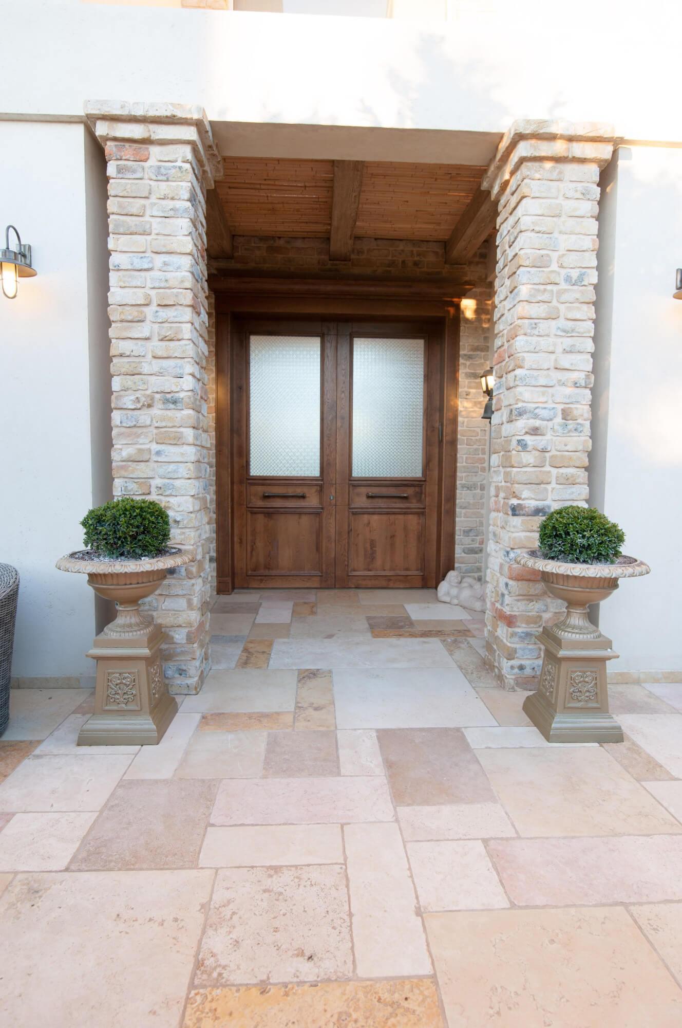 דלת כניסה מעץ