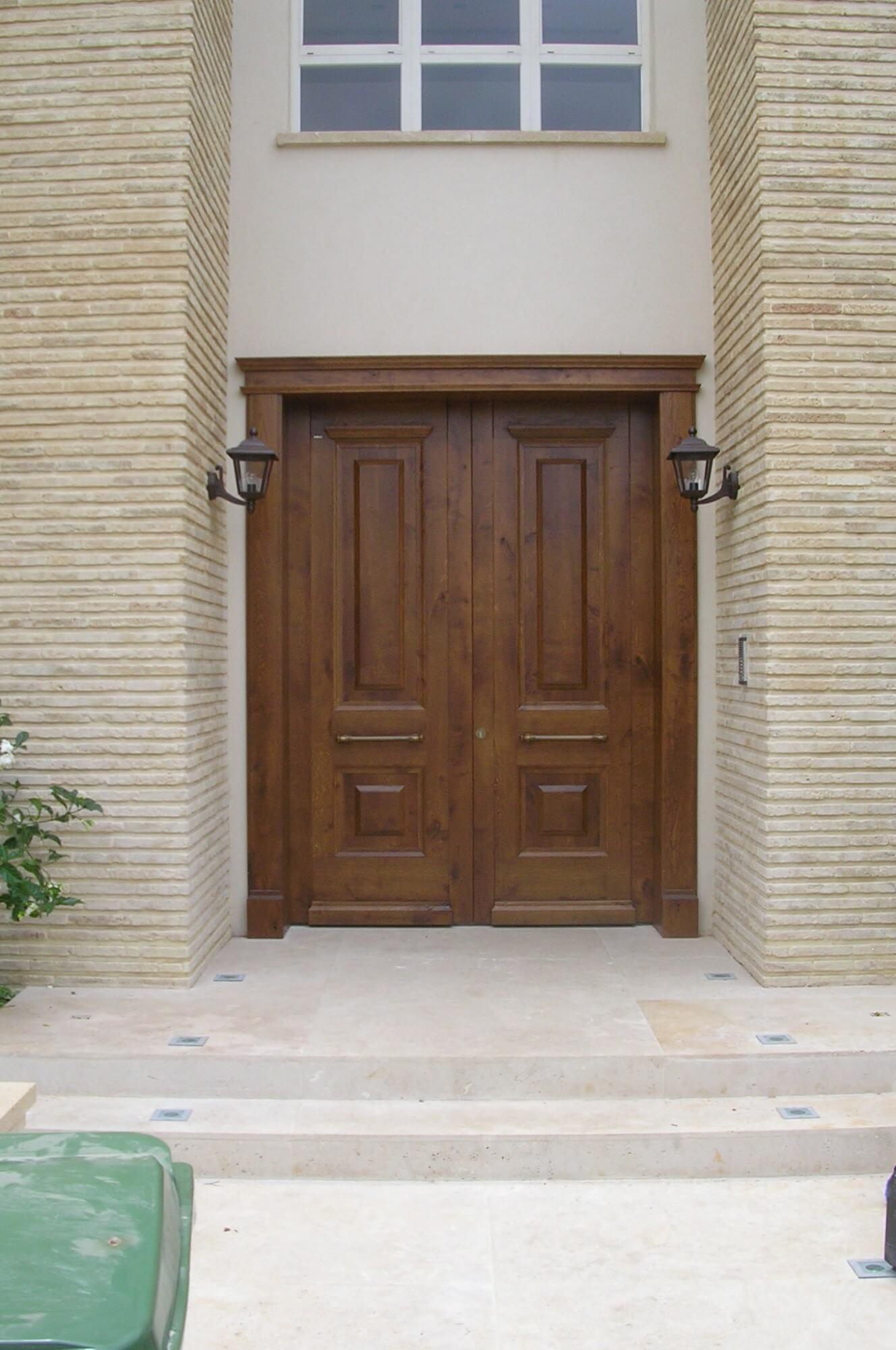 דלת כניסה חומה כפולה