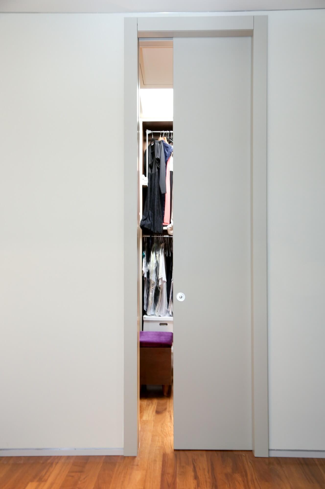 דלת הזזה לבנה