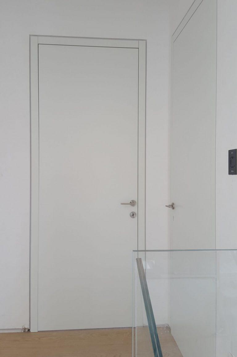 דלת עם משקוף חריץ