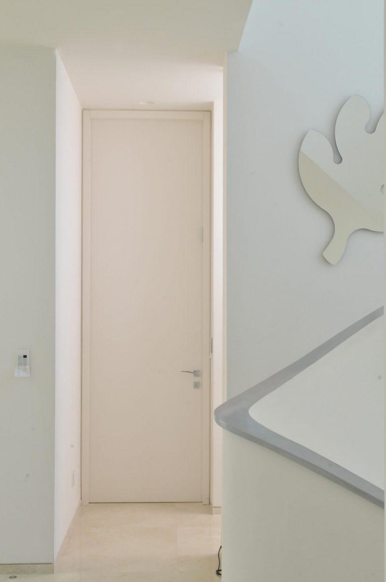דלת עם משקוף צר