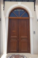 דלת כניסה עם קשת