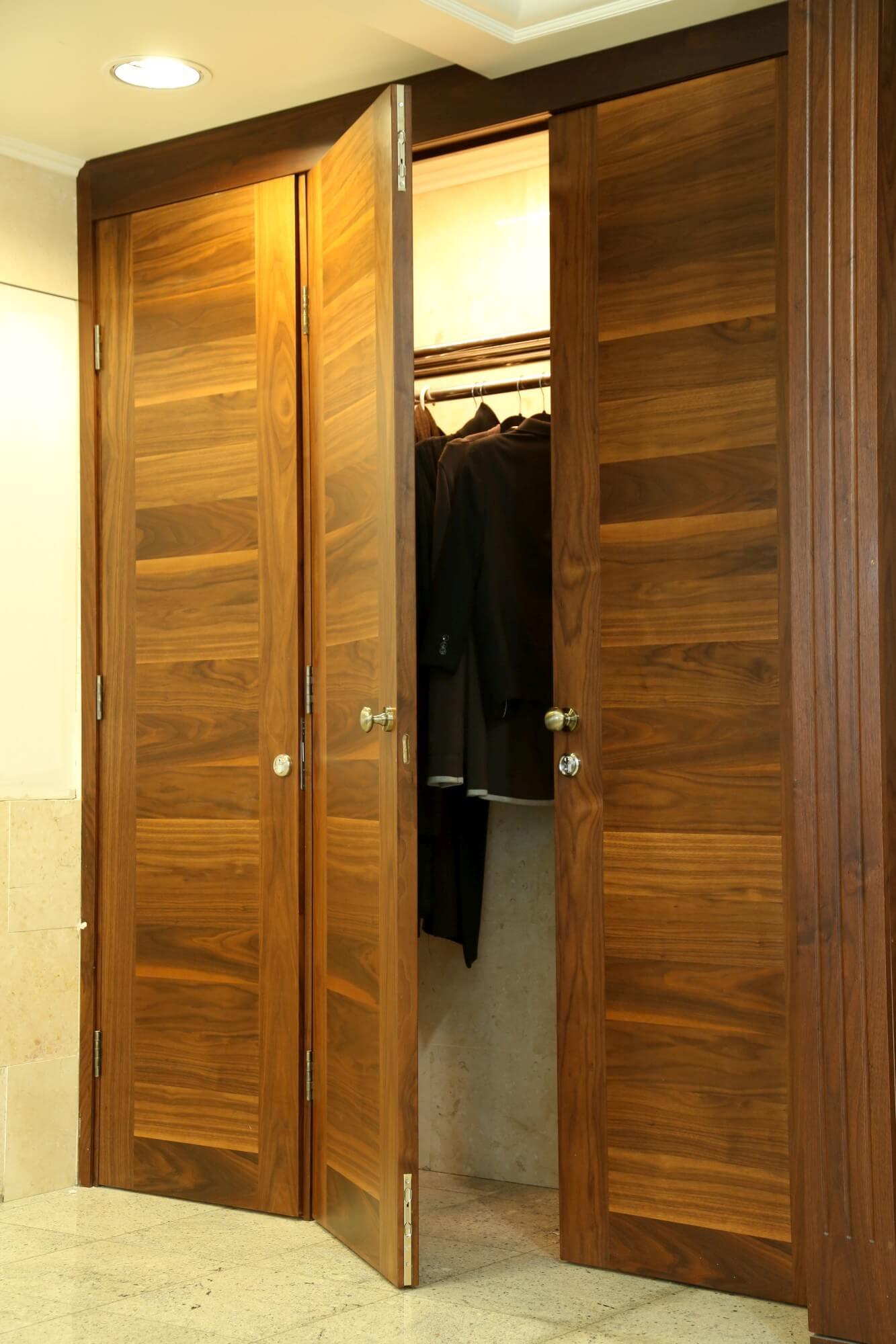 דלת עץ קבועה