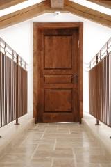 דלת פנים מעץ כהה