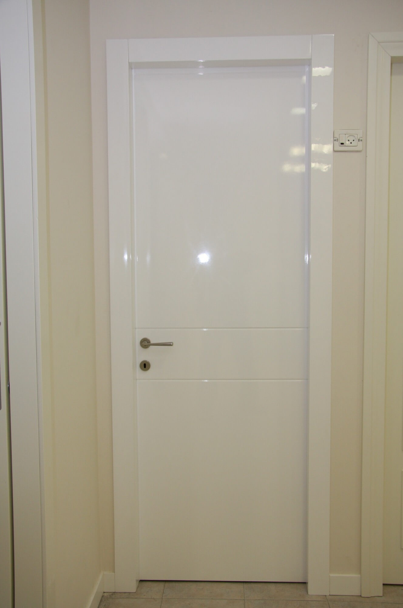 דלת לבנה לחדר