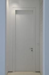דלת לבנה צרה