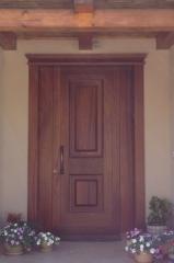 דלת כניסה חומה עם קבועים